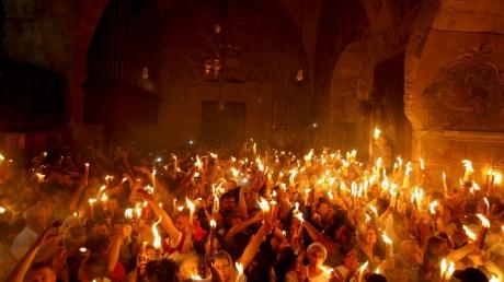 minunea-sfintei-lumini-aprinse-la-biserica-sf
