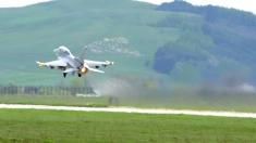 """Victor Ponta a fost """"viperă dacă"""" şi a zburat cu un F-16"""