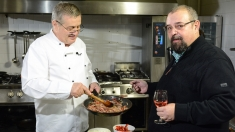 """Cel mai bucătar primar mănâncă """"Plăcintă verde"""" la Politică şi delicateţuri"""