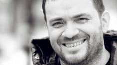 Un român ajuns celebru pe Facebook şi povestea sa… plină de cântec!