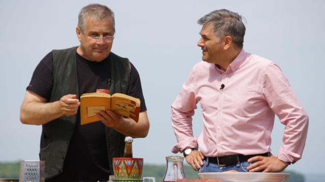 Dinescu si Mircea Radu cu cartea