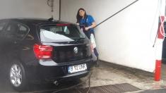 Pentru o zi, Paula Seling a spălat maşinile vecinilor