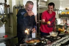 """Cove, """"degustător de lucruri fine"""" în bucătăria lui Dinescu"""