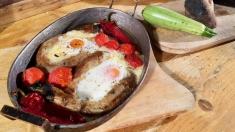 Reţeta lui Dinescu: Ou în cuib de vânătă şi rulou de viţel îndrăgostit de vânătă