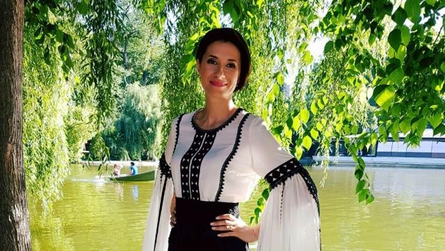 Iuliana Tudor in in costum popular