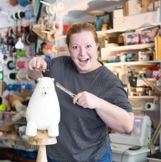Lia Pfeiffer sau despre bucuria designerului care dă viaţă jucăriilor de pluş