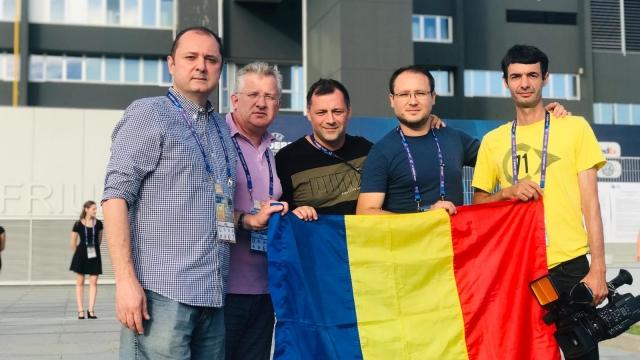 Jurnalistii TVR U21 Emil Hossu si Marian Olaianos
