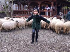 La filmări, Marina Almășan a fost luată cu asalt de oaspeți neobișnuiți