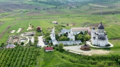 Mănăstirea Dumbrava, familia oamenilor singuri de Crăciun