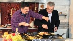 Politică şi delicateţuri: Marius Rizea, invitat la o plăcintă călugărească | VIDEO