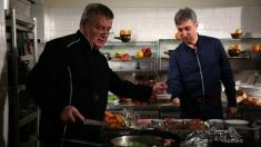 """Dinescu aude """"voci"""" în bucătărie. Mihai Bisericanu, la """"Politică și delicatețuri"""""""