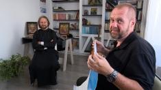 Un preot studiază astrele, cântă folk, face şezători şi îl pictează pe Dumnezeu